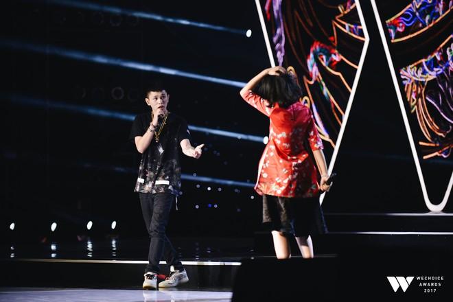 Khoảnh khắc WeChoice Awards: Đẹp nhất là khi Sơn Tùng, bé Bôm và các nghệ sĩ Việt cùng chậm lại trong dòng cảm xúc vỡ òa - ảnh 29