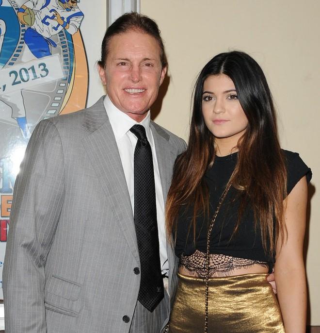 Người bố chuyển giới của Kylie Jenner đăng bức ảnh siêu đáng yêu cho thấy con gái cô sẽ rất xinh xắn - Ảnh 3.