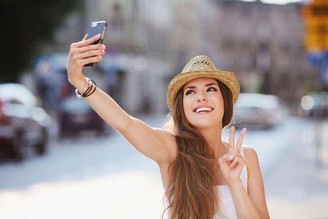 Đi chơi đến đâu cũng chụp ảnh check-in - điều đó có làm bạn hạnh phúc vui vẻ hơn? - ảnh 1