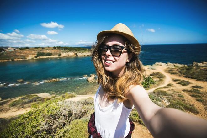Đi chơi đến đâu cũng chụp ảnh check-in - điều đó có làm bạn hạnh phúc vui vẻ hơn? - ảnh 2