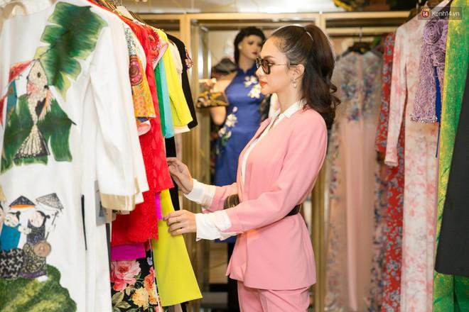 Đàm Vĩnh Hưng trực tiếp đưa Hương Giang đi thử áo dài chuẩn bị cho cuộc thi Hoa hậu Chuyển giới - Ảnh 1.