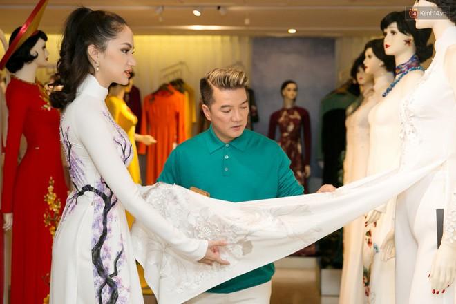 Đàm Vĩnh Hưng trực tiếp đưa Hương Giang đi thử áo dài chuẩn bị cho cuộc thi Hoa hậu Chuyển giới - Ảnh 2.