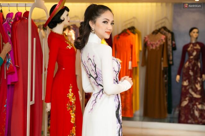 Đàm Vĩnh Hưng trực tiếp đưa Hương Giang đi thử áo dài chuẩn bị cho cuộc thi Hoa hậu Chuyển giới - Ảnh 3.