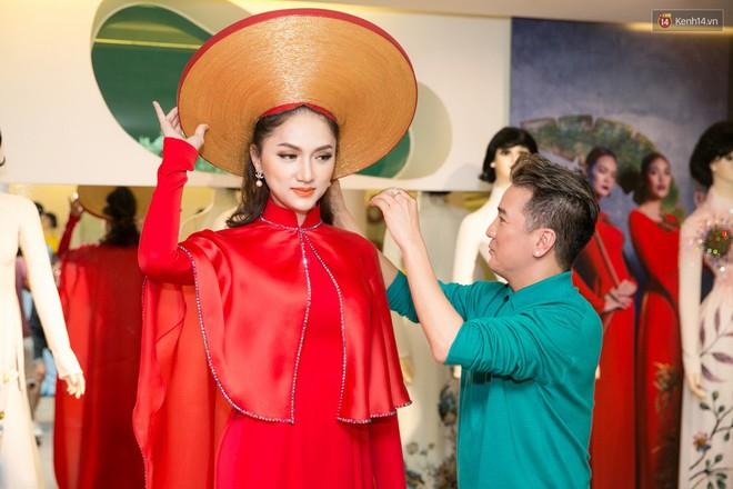 Đàm Vĩnh Hưng trực tiếp đưa Hương Giang đi thử áo dài chuẩn bị cho cuộc thi Hoa hậu Chuyển giới - Ảnh 8.