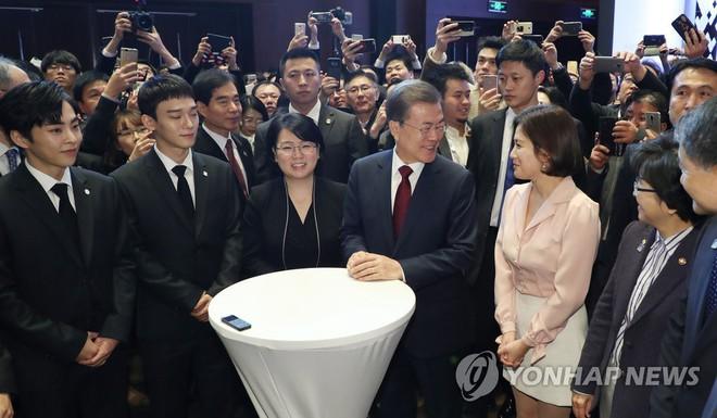 Sau vợ Song Hye Kyo, đến lượt Song Joong Ki lịch lãm, điển trai dự sự kiện tầm cỡ cùng Tổng thống Hàn