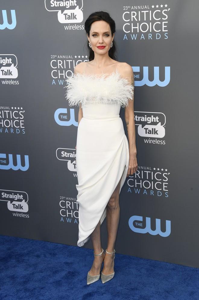Loạt ảnh chứng minh ở tuổi 42, Angelina Jolie vẫn là báu vật nhan sắc của nước Mỹ không ai bì được - Ảnh 20.