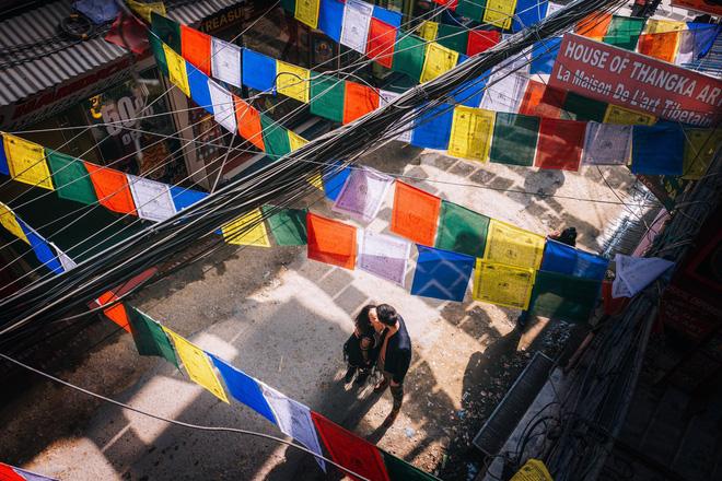 Bộ ảnh cưới không bình thường chút nào ở Nepal của cựu CEO Uber Việt Nam - ảnh 2