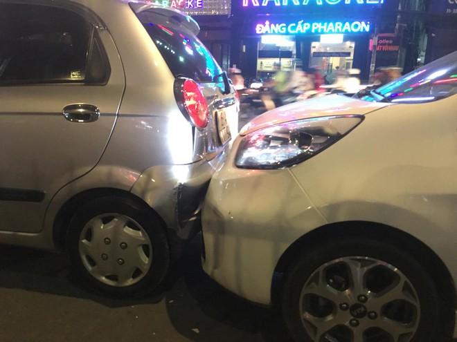TP.HCM: Va chạm liên hoàn 6 xe ô tô, nhiều người trên xe hốt hoảng la hét kêu cứu - ảnh 2