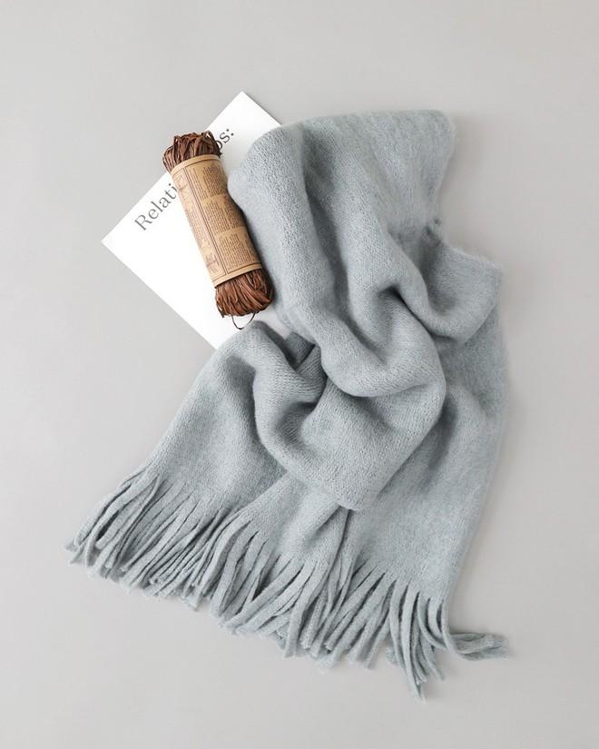 Trời rét thế này ra đường không thể thiếu khăn quàng, và đây là 4 kiểu khăn mốt nhất mà bạn nên sắm - Ảnh 11.