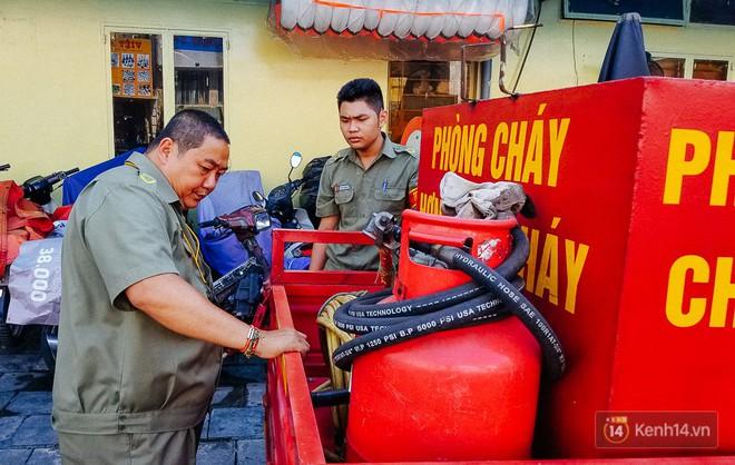 Người bảo vệ nghèo vay tiền ngân hàng, tự chế xe chữa cháy mini chống giặc lửa trong hẻm nhỏ Sài Gòn - Ảnh 1.