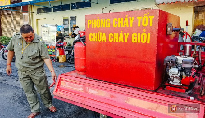 Người bảo vệ nghèo vay tiền ngân hàng, tự chế xe chữa cháy mini chống giặc lửa trong hẻm nhỏ Sài Gòn - Ảnh 2.