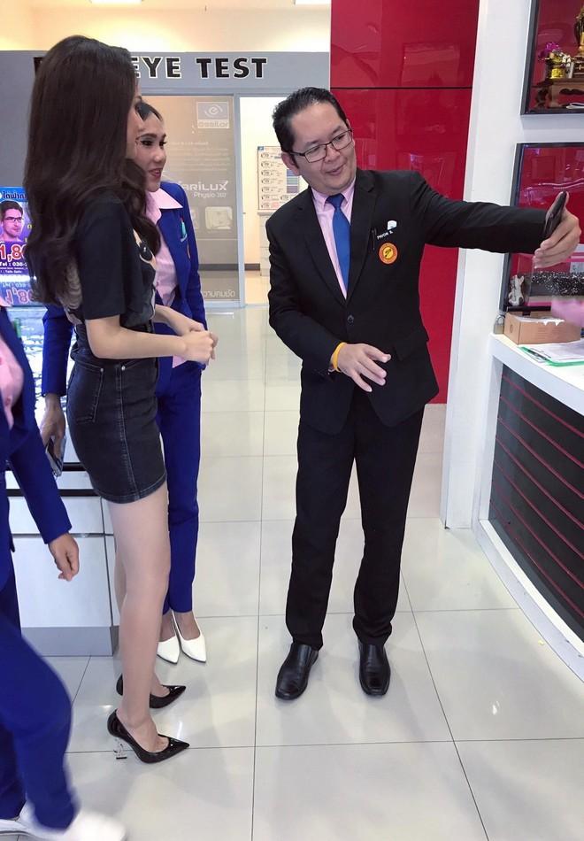 Giản dị đi shopping bằng phương tiện công cộng, Hương Giang được người hâm mộ quốc tế săn đón sau đăng quang - Ảnh 4.