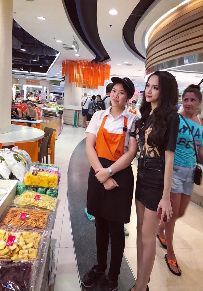 Giản dị đi shopping bằng phương tiện công cộng, Hương Giang được người hâm mộ quốc tế săn đón sau đăng quang - Ảnh 5.