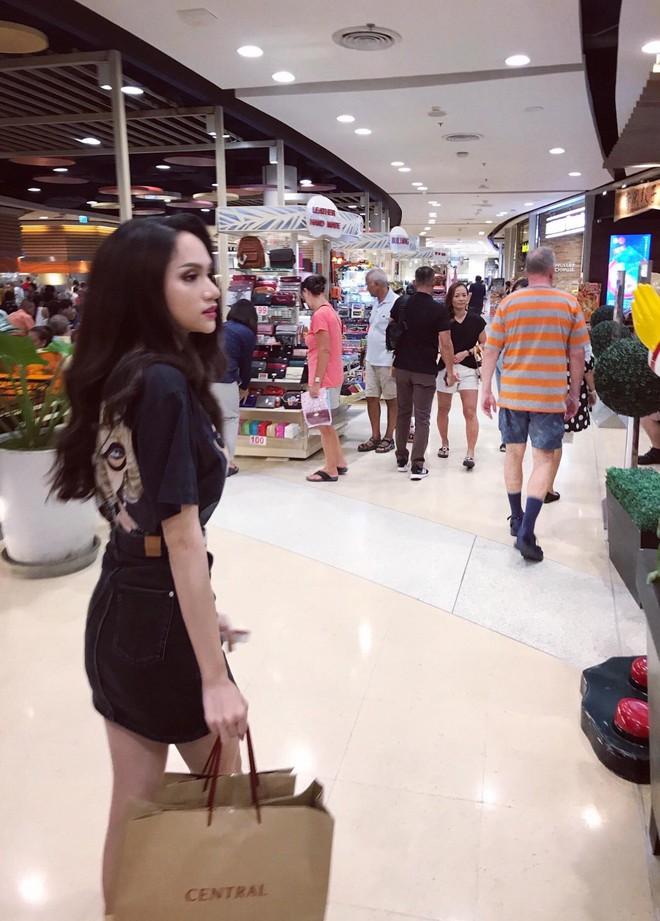 Giản dị đi shopping bằng phương tiện công cộng, Hương Giang được người hâm mộ quốc tế săn đón sau đăng quang - Ảnh 2.