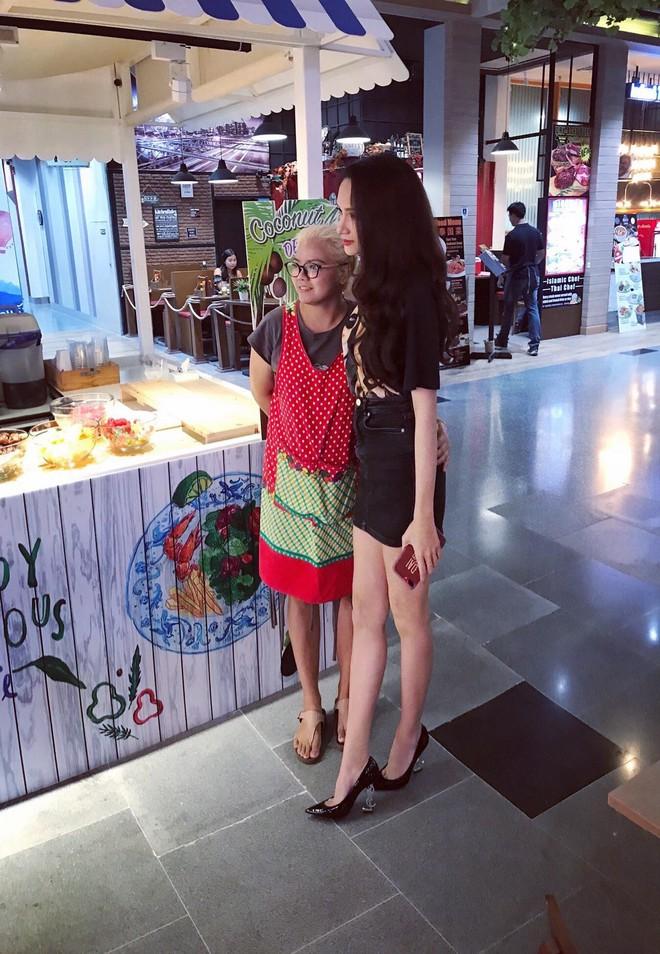 Giản dị đi shopping bằng phương tiện công cộng, Hương Giang được người hâm mộ quốc tế săn đón sau đăng quang - Ảnh 8.