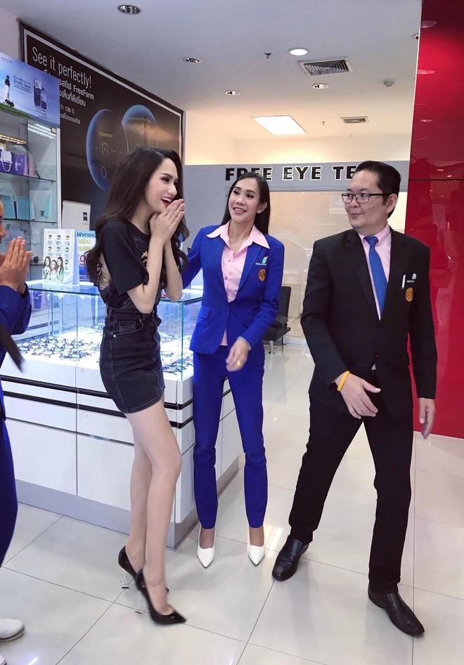 Giản dị đi shopping bằng phương tiện công cộng, Hương Giang được người hâm mộ quốc tế săn đón sau đăng quang - Ảnh 7.