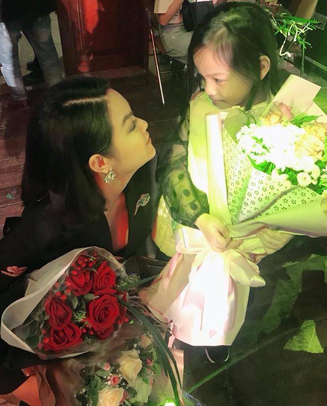 Lần đầu đi xem mẹ diễn, và đây là phản ứng đáng yêu vô cùng của con gái Phạm Quỳnh Anh - Ảnh 1.