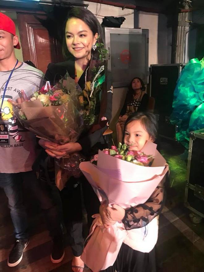 Lần đầu đi xem mẹ diễn, và đây là phản ứng đáng yêu vô cùng của con gái Phạm Quỳnh Anh - Ảnh 2.