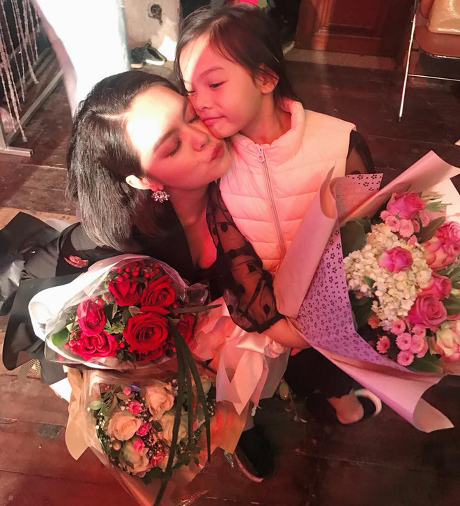 Lần đầu đi xem mẹ diễn, và đây là phản ứng đáng yêu vô cùng của con gái Phạm Quỳnh Anh - Ảnh 3.