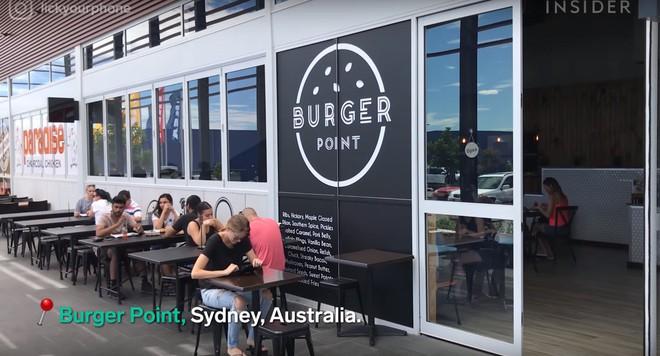 Món burger sốt xình xịch ở Australia với phần sốt đẳng cấp nhưng không ai biết phải ăn thế nào - Ảnh 1.