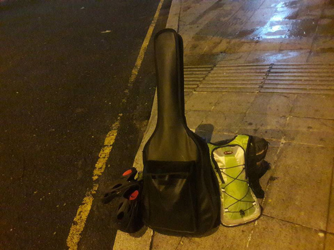 Chàng trai Phú Yên đi bộ xuyên Việt trong 113 ngày đêm chỉ với 100k và 1 cây đàn guitar - Ảnh 8.