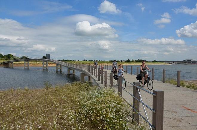 Cây cầu cực dị cực kỳ quái của Hà Lan: Cứ mưa là phải... ngập - Ảnh 2.