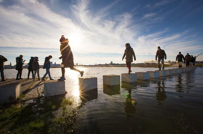 Cây cầu cực dị cực kỳ quái của Hà Lan: Cứ mưa là phải... ngập - Ảnh 3.