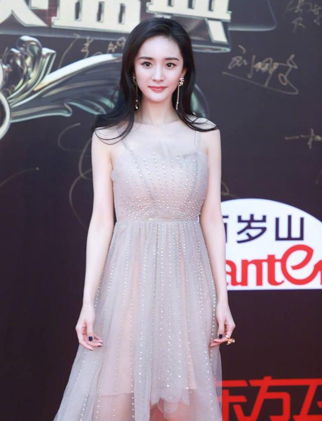 Thảm đỏ hot nhất Cbiz hôm nay: Dương Mịch đè bẹp dàn mỹ nhân, bạn gái Luhan hot vì... thời trang khó hiểu - Ảnh 1.