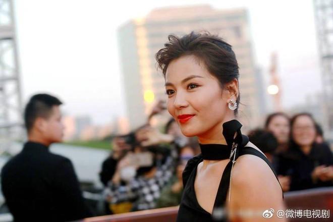Thảm đỏ hot nhất Cbiz hôm nay: Dương Mịch đè bẹp dàn mỹ nhân, bạn gái Luhan hot vì... thời trang khó hiểu - ảnh 2