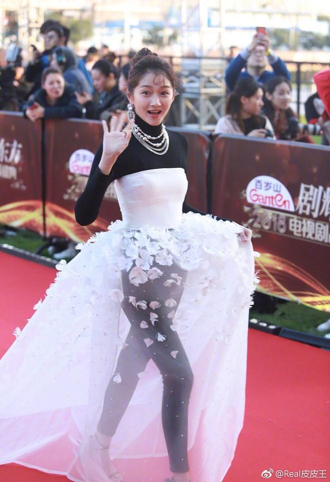 Thảm đỏ hot nhất Cbiz hôm nay: Dương Mịch đè bẹp dàn mỹ nhân, bạn gái Luhan hot vì... thời trang khó hiểu - Ảnh 7.
