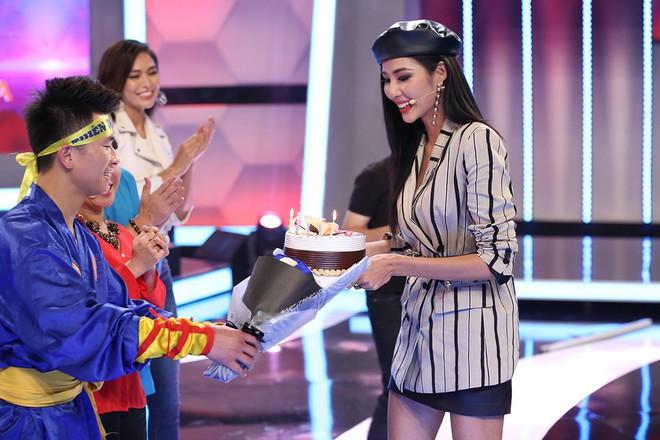Á hậu Hoàng Thùy bất ngờ được Hoài Linh - Việt Hương tổ chức sinh nhật - ảnh 2