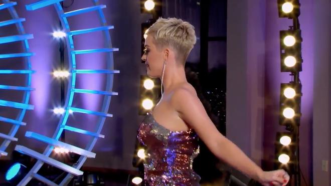 Nhảy quá sung, Katy Perry lỡ lộ hàng trên sóng American Idol - ảnh 2