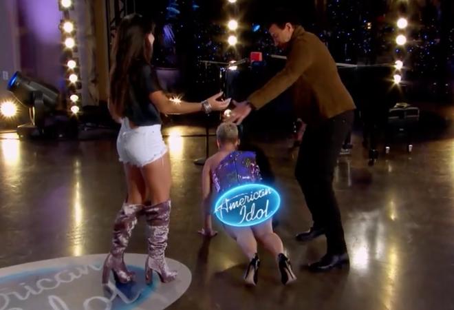 Nhảy quá sung, Katy Perry lỡ lộ hàng trên sóng American Idol - ảnh 4