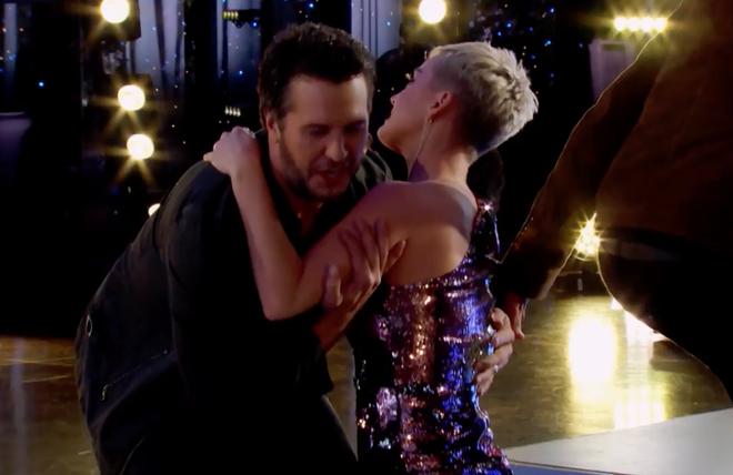 Nhảy quá sung, Katy Perry lỡ lộ hàng trên sóng American Idol - ảnh 6