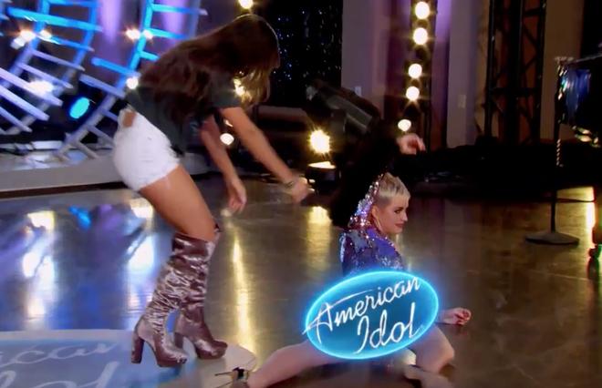 Nhảy quá sung, Katy Perry lỡ lộ hàng trên sóng American Idol - ảnh 5