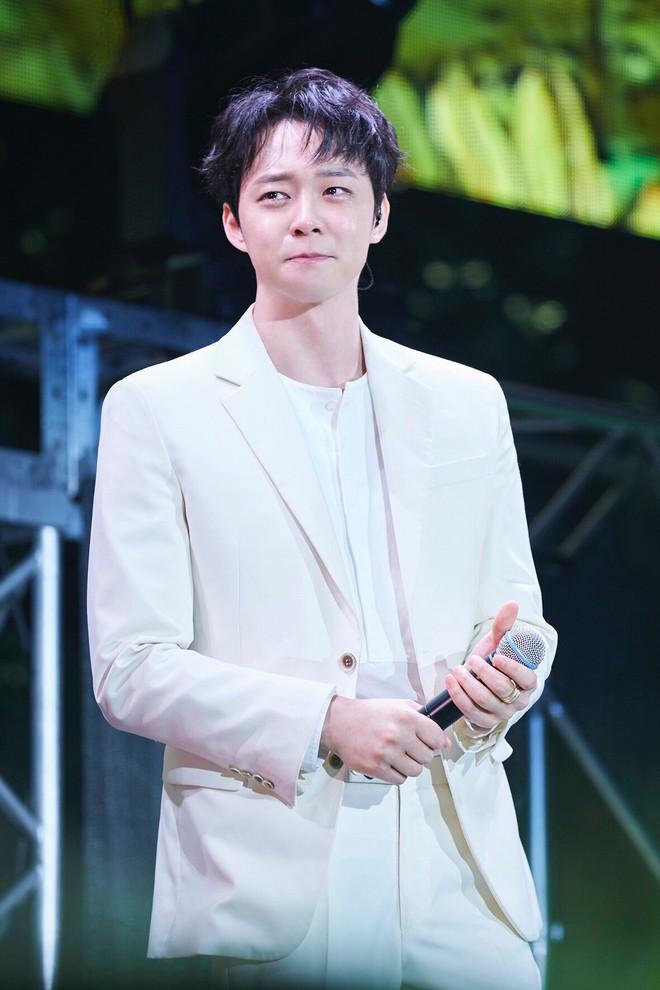 Hậu scandal, Yoochun rưng rưng, hát tặng hàng nghìn fan trong ngày comeback - Ảnh 1.