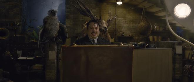 """HIệu trưởng Dumbledore Jude Law cực bảnh thả thính tung tóe ngay trailer """"Fantastic Beasts 2"""" - ảnh 10"""