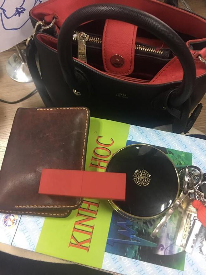 Bên trong những chiếc túi của hội chị em là cả một cửa tiệm tạp hóa cái gì cũng có - ảnh 4