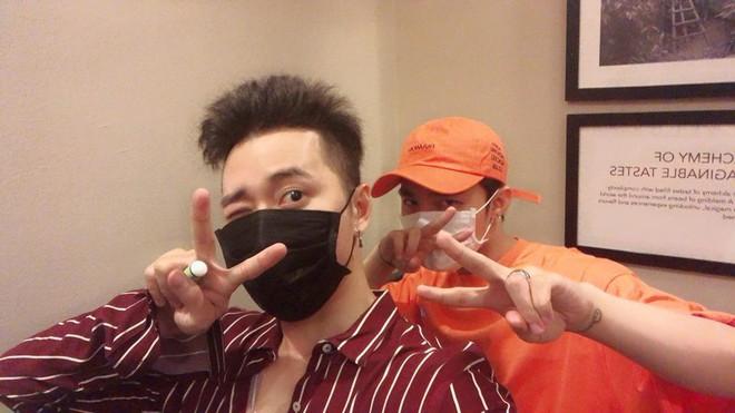 Đăng ảnh chụp hình thân thiết, Karik tiết lộ đã xin lỗi Sơn Tùng vì từng đá xéo đồng nghiệp - ảnh 1