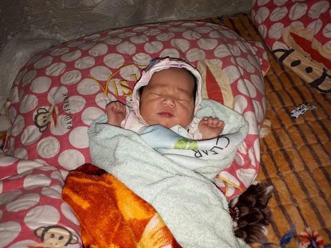 Nghệ An: Phát hiện bé gái sơ sinh bị bỏ rơi bên vệ đường - ảnh 1