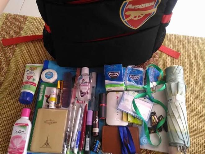 Bên trong những chiếc túi của hội chị em là cả một cửa tiệm tạp hóa cái gì cũng có - ảnh 3