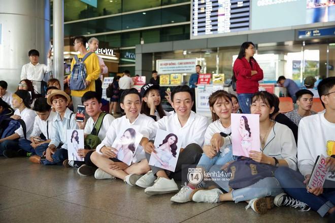Về đến sân bay Việt Nam, Hương Giang vội thay áo dài đỏ, đội vương miện lộng lẫy để chào khán giả - Ảnh 13.