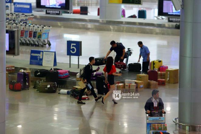 Về đến sân bay Việt Nam, Hương Giang vội thay áo dài đỏ, đội vương miện lộng lẫy để chào khán giả - Ảnh 11.