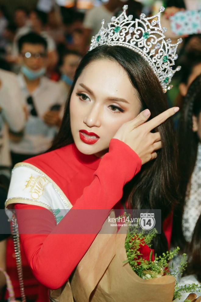 Về đến sân bay Việt Nam, Hương Giang vội thay áo dài đỏ, đội vương miện lộng lẫy để chào khán giả - Ảnh 8.