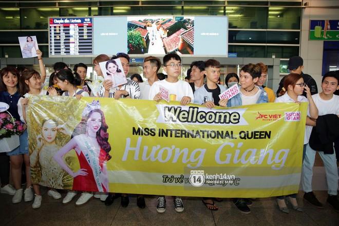 Về đến sân bay Việt Nam, Hương Giang vội thay áo dài đỏ, đội vương miện lộng lẫy để chào khán giả - Ảnh 15.