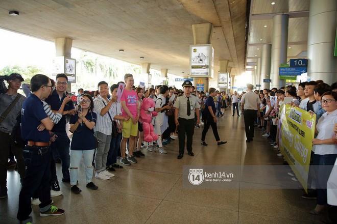 Về đến sân bay Việt Nam, Hương Giang vội thay áo dài đỏ, đội vương miện lộng lẫy để chào khán giả - Ảnh 14.