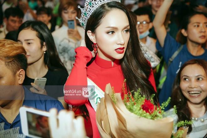 Về đến sân bay Việt Nam, Hương Giang vội thay áo dài đỏ, đội vương miện lộng lẫy để chào khán giả - Ảnh 6.