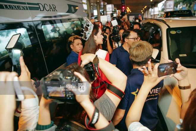 Về đến sân bay Việt Nam, Hương Giang vội thay áo dài đỏ, đội vương miện lộng lẫy để chào khán giả - Ảnh 9.