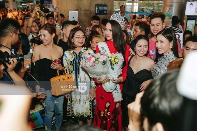 Về đến sân bay Việt Nam, Hương Giang vội thay áo dài đỏ, đội vương miện lộng lẫy để chào khán giả - Ảnh 3.