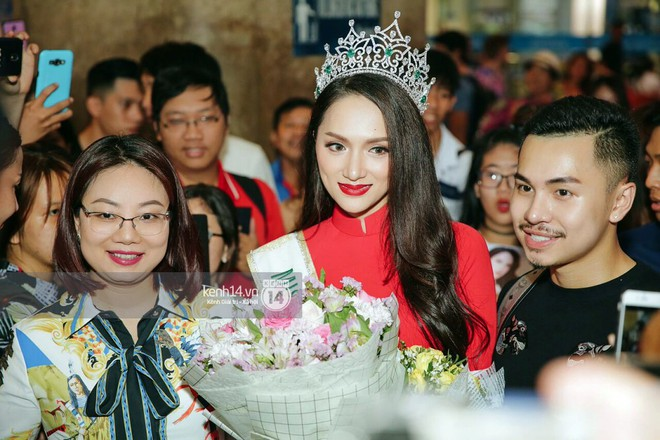 Về đến sân bay Việt Nam, Hương Giang vội thay áo dài đỏ, đội vương miện lộng lẫy để chào khán giả - Ảnh 5.